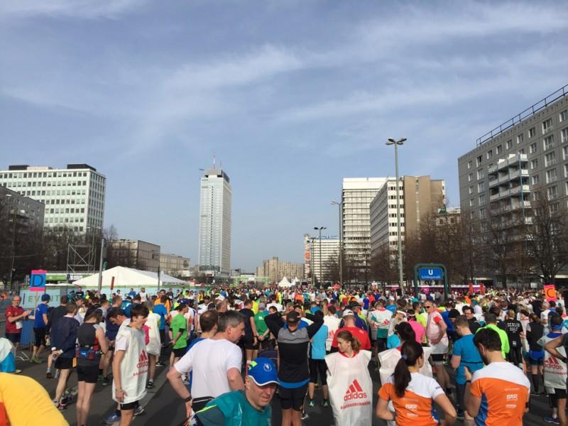 Startblock zum 36. Berlin Halbmarathon - irgendwo in der Ferne geht es los... - und was macht die Frau da auf dem Bild???