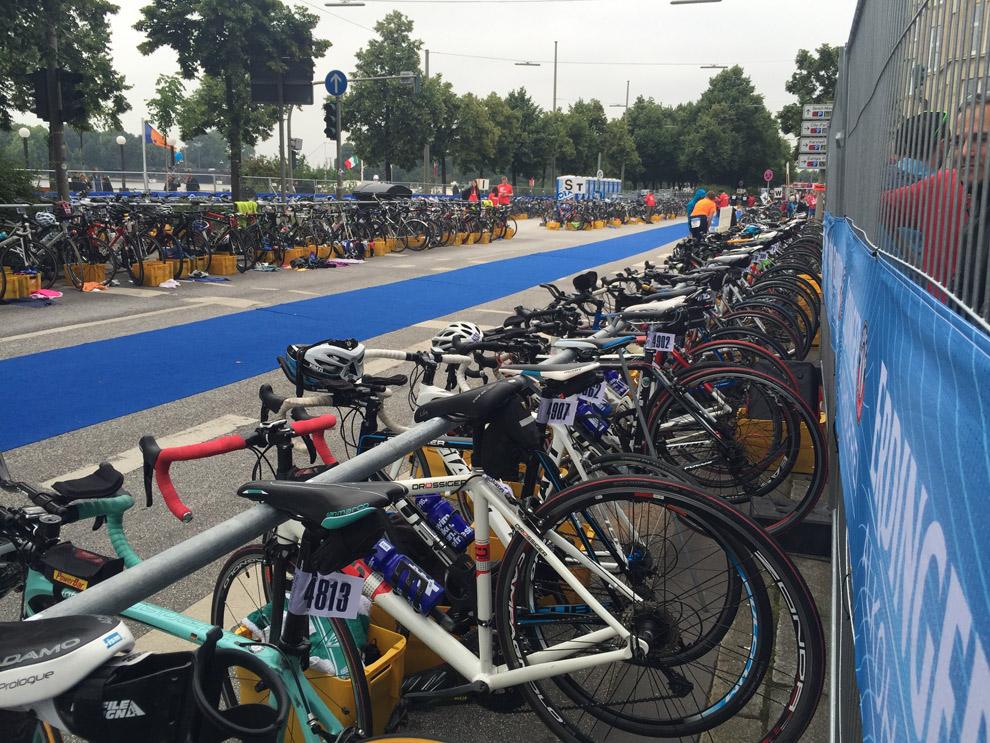 Warten auf den Checkout beim Hamburg Triathlon