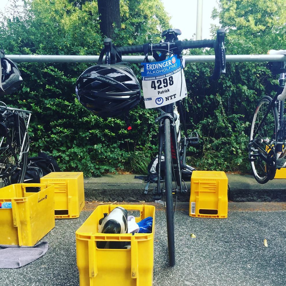 Die Wechselzone ist eingerichtet - der erste Triathlon in Hamburg kann starten.
