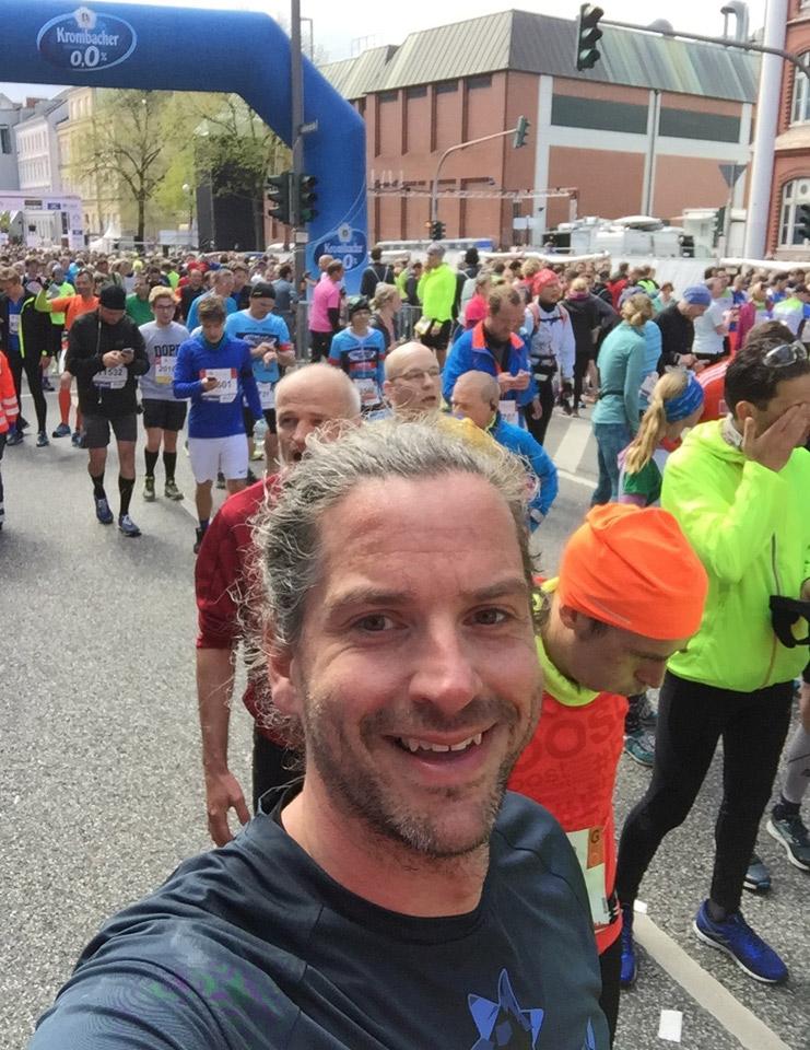 Im Ziel des Hamburg Marathons 2017 - happy & KO