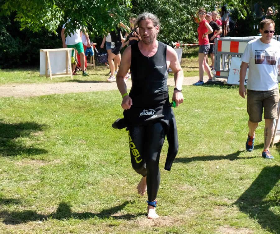 Auf den Weg zum ersten Wechsel beim Vierlanden Triathlon 2017 - die Beine sind noch wackelig.