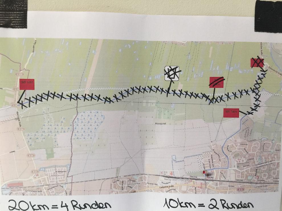 Aushang in der CU-Arena kurz vor dem Start des Süderelbe Halbmarathons - da wurde ganz schön viel Strecke gestrichen ;-)